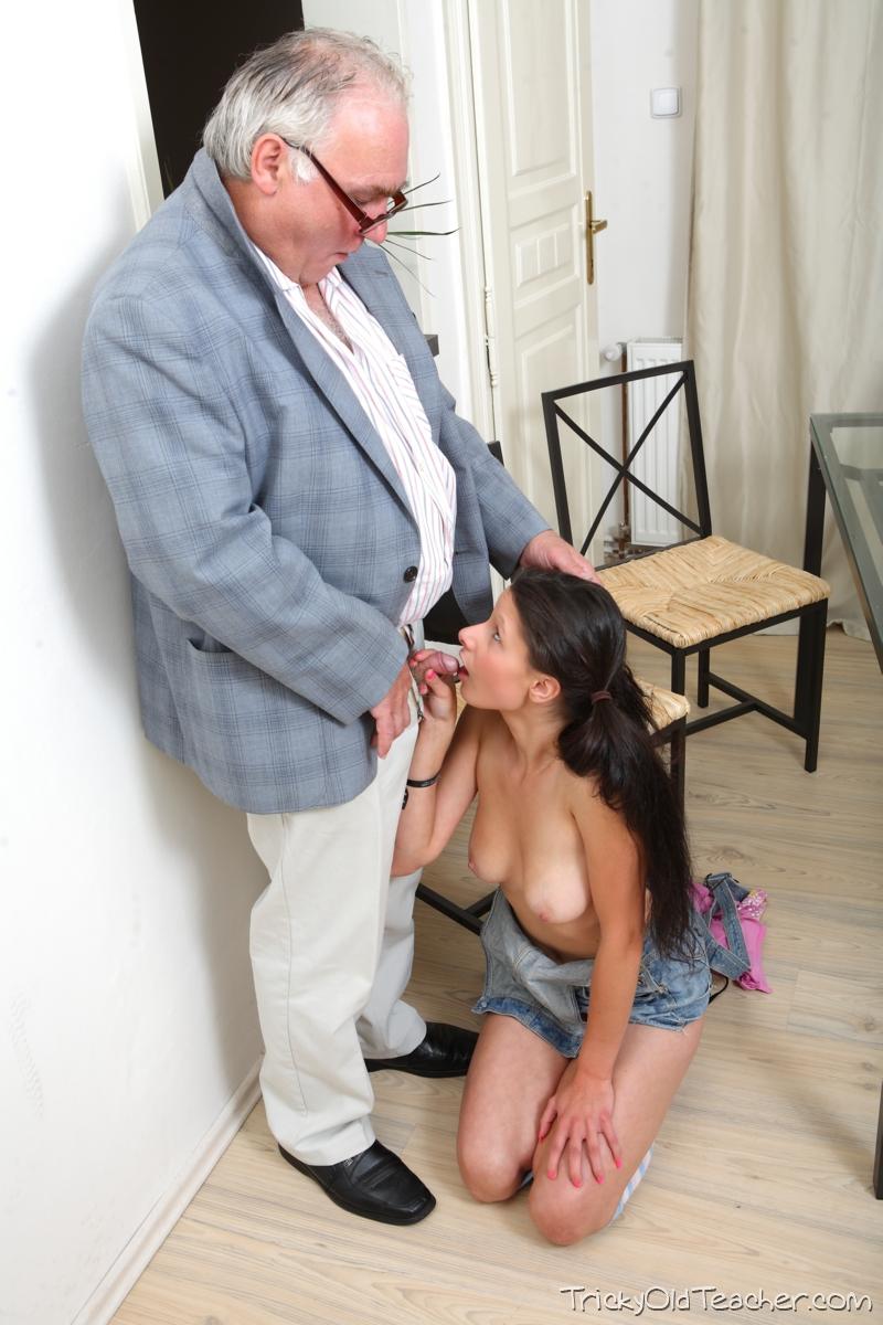 Дедушка лижет киску