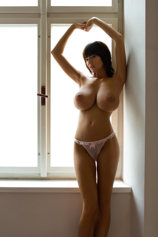 Худенькая красавица с большой грудью