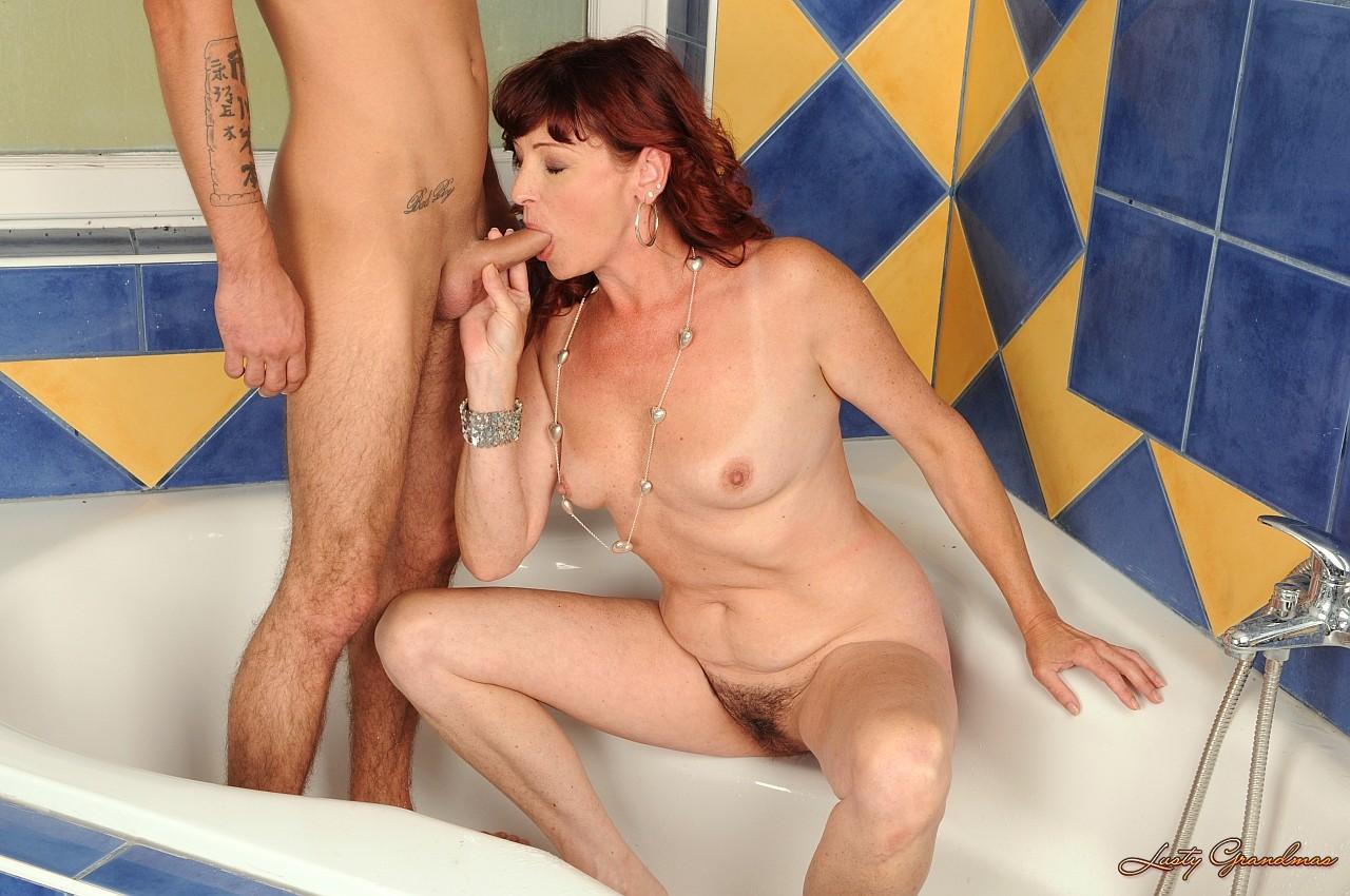 ванной свою мамашу видео сын молодую выебал в