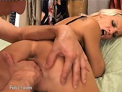 amateurs-penetrating-and-fisting-hard
