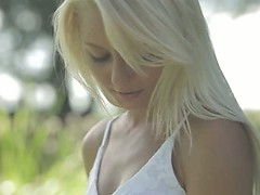 blondie-beauty-from-sweden-touching-clit
