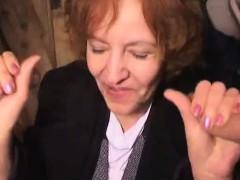moden-kvinde-og-2-unge-fyre-6-danish-title