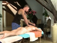 massage-for-muscled-naked-man-at-gay-spa