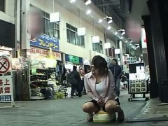 subtitled-japanese-public-arcade-training-toilet-prank