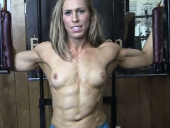 fit-blonde-shows-off-in-the-gym