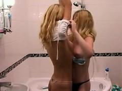 amateur-blonde-teens-showering-together