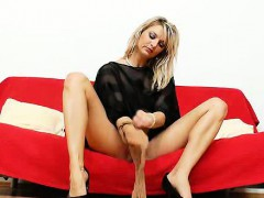 sophia-magic-spreads-cunny-to-pull-nylons-out