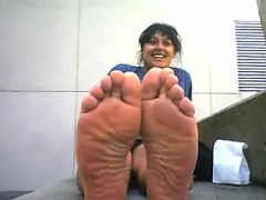 ugly-arab-girl-with-nice-but-smelly-feet
