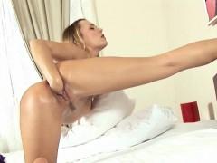 blondie-babe-vagina-fisting-herself