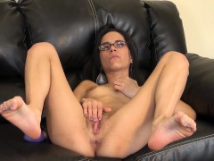 Alluring Brunette With Glasses Tia Cyrus Pleases Her Slit On The Couch