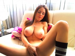 busty-makes-a-nice-show