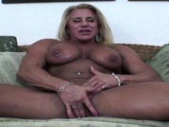 muscle-babe-shows-off-her-guns-and-tits