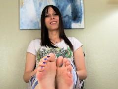 oiled-bigfeet-tgirl-flexing-her-pretty-toes