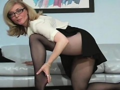 babe-curves-in-fashinable-tights-boasting-of-her-bawdy-cleft
