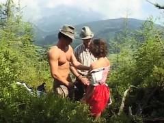 Duits tienersletje houdt van extreme sex in de bergen