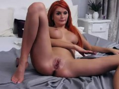 warm-shaved-pussy-cammodel-chatting-live-with-her-admirers