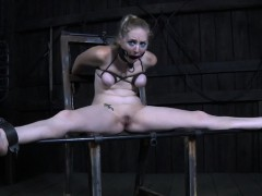 Restrained beauty pussytoyed and mouth gaped