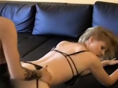 geile schwarzhaarige fickt blondine mit strapon