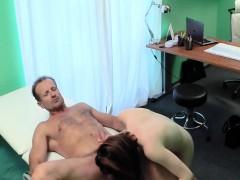 De dokter spuit zijn sperma over zijn patient