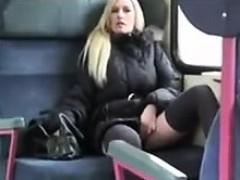 Порно лапает сиськи в автобусе