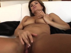 foxy-valentina-has-her-trimmed-cunt-hammered