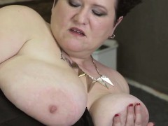buxom-mother-alone-on-cam-kandace