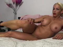 female-bodybuilder-jill-jaxen-gets-naked-in-bed