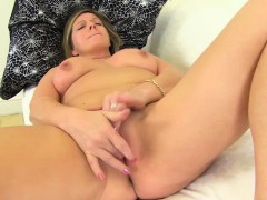 old-mom-fingers-her-pussy