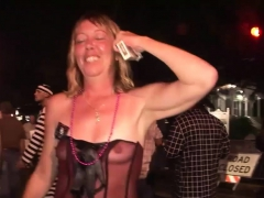awesome-girls-strip-down-in-a-public-place