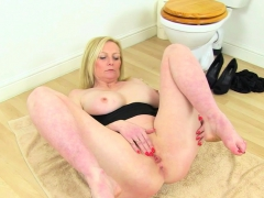 english-milf-fiona-rubs-her-fanny-in-the-bathroom