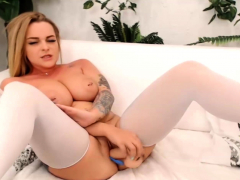 beautiful-chick-play-herself-live-on-cam