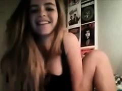 esta joven se calienta y se masturba por webcam