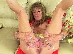 UK gilf Clare lets a sex toy buzz away on her old clit